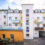 Fassadengestaltung in blau und orange , Innenhof