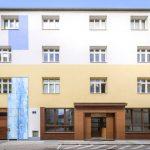 Fassadengestaltung in blau und orange mit Gasthausportal